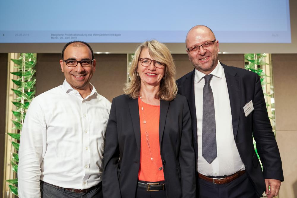 "Die Veranstalter der Konferenz ""Integrierte Projektabwicklung mit Mehrparteienverträgen"" am 26.06.2019 in Berlin (von links: Prof. Dr. Shervin Haghsheno, German Lean Construction Institute – GLCI e.V.; Prof. Dr. Antje Boldt, Initiative Team Building; Prof. Stefan Leupertz, Deutsche Baugerichtstag e. V.) (Foto: andreaslemke_photography)"
